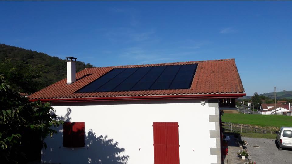 panneau photovoltaique pose par les techniciens de la societe dispac